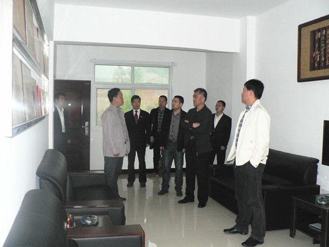 参观了法院党建,党务,政务公开工作宣传橱窗和展板,办公大楼一至四楼